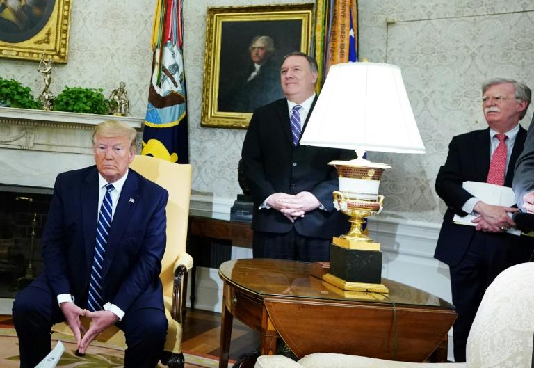ترمب في المكتب البيضاوي مع وزير الخارجية مايك بومبيو ومستشار الامن القومي حون بولتون في 20 حزيران/يونيو 2019