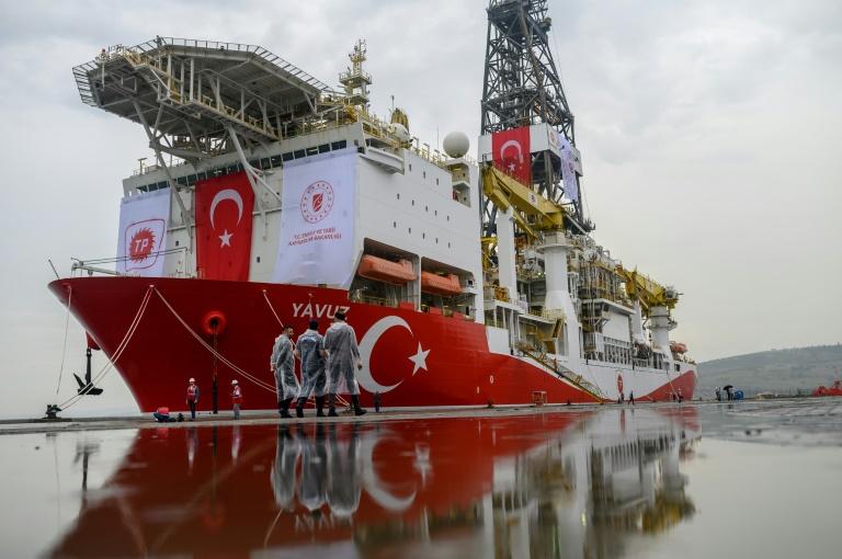 عناصر امن أتراك قرب سفينة
