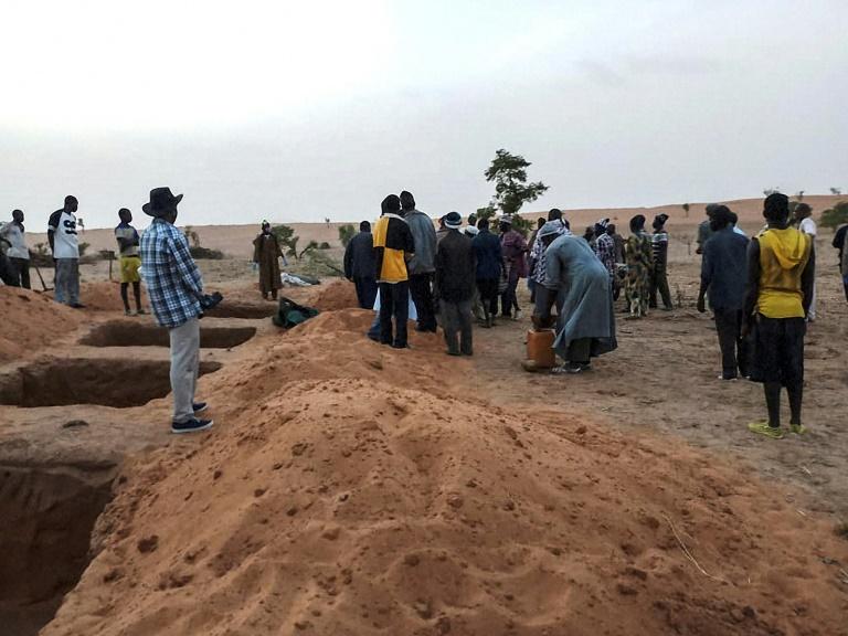 سكان من عرقية دوغون يجهزون القبور في قرية سوباني كو بعد اعرضها لهجوم في 9 حزيران/يونيو 2019