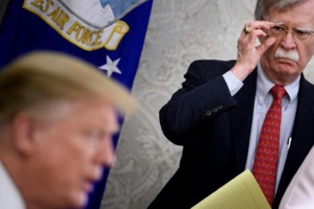مستشار ترمب للأمن القومي جون بولتون مع الرئيس في المكتب البيضاوي