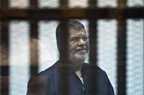 صورة أرشيفية للرئيس المصري السابق محمد مرسي في قفص المحكمة في 12 يونيو 2015