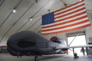 طائرة استطلاع من طراز غلوبال هوك متوقفة في قاعدة عسكرية في الإمارات العربية المتحدة