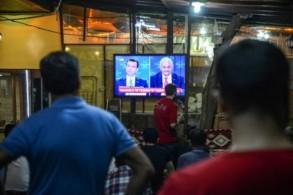 مواطنون أتراك يتابعون مناظرة تلفزيونية بين المرشحين لرئاسة بلدية اسطنبول يلديريم وإمام أوغلو
