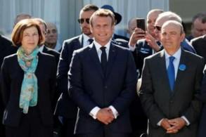 الرئيس الفرنسي إيمانويل ماكرون مع وزيرة الجيوش الفرنسية فلورانس بارلي ورئيس جموعة داسو للصناعات الجوية في معرض لوبورجيه للصناعات الجوية في 17 يونيو 2019