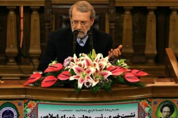 رئيس مجلس الشورى الإيراني علي لاريجاني خلال مؤتمر صحافي في طهران
