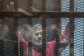 الرئيس المصري المعزول محمد مرسي خلف القضبان