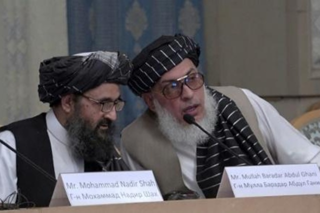ممثلا طالبان الملا عبد الغني بارادار (يسار) وستانيكازي شير محمد عباس خلال محادثات مع مسؤولين أفغان في موسكو في ايار/مايو 2019