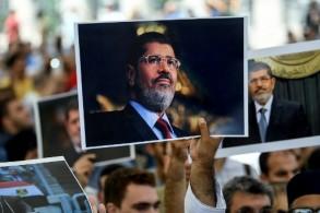 متظاهرون في تركيا يرفعون صور محمد مرسي