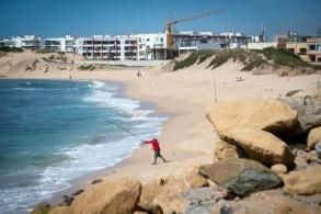 مغربي يصطاد السمك على شاطئ في مدينة المحمدية في 22 مايو 2019