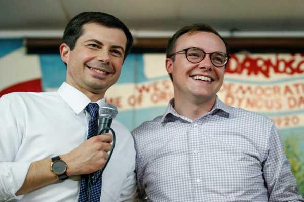 بيت بوتيدجاج المرشح الديموقراطي للانتخابات الرئاسية الأميركية (يسار) وزوجه تشاستين غليزمان في ساوث بيند في ولاية إنديانا في 22 إبريل 2019