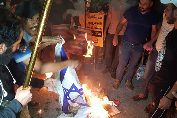 متظاهرون عراقيون لدى اقتحامهم سفارة البحرين في بغداد