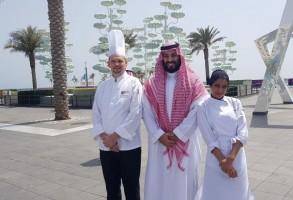 ولي العهد السعودي مع عاملين في مطعم