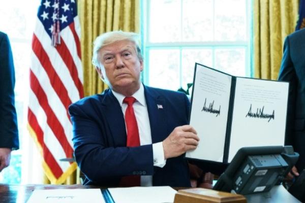 الرئيس الأميركي دونالد ترمب يوقع أمراً تنفيذياً يفرض عقوبات على إيران