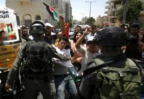 صدامات بين متظاهرين فلسطينيين وقوات الامن الاسرائيلية خلال تظاهرة ضد مؤتمر البحرين، في بيت لحم بالضفة الغربية المحتلة في 25 حزيران/يونيو 2019.