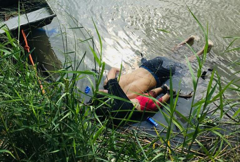 صورة لجثة مهاجر سلفادوري وابنته غارقان اثناء محاولتهما عبور نهر ريو غراند في ماتاموروس في ولاية كواهويلا في 24 يونيو 2019