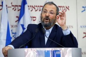 رئيس الوزراء الإسرائيلي السابق إيهود أولمرت معلناً تشكيل حزب جديد خلال مؤتمر صحافي في تل أبيب في 26 حزيران/يونيو
