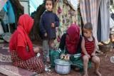 نازحون في شمال غرب سوريا يبيعون أثاثهم ومقتنياتهم لتأمين قوتهم