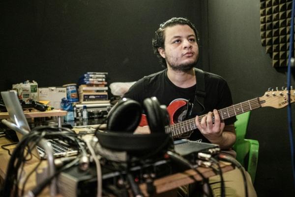 المؤلف الموسيقي وعازف الغيتار السوداني أمجد بدر يعزف في كابيتال راديو في الخرطوم
