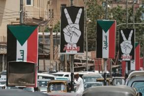 لافتات تحمل شعارات الحركة الاحتجاجية في الخرطوم في 15 يونيو 2019