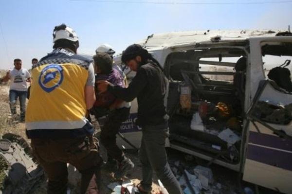 مسعفون سوريون في موقع استهداف غارة جوية لسيارة إسعاف في بلدة معرة النعمان 20 يونيو
