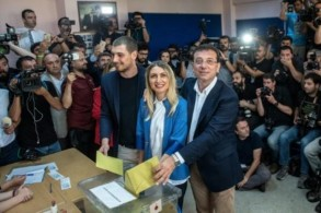 امام اوغلو برفقة زوجته اثناء الادلاء بصوته في اسطنبول الاحد