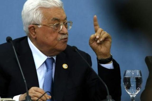 الرئيس الفلسطيني محمود عباس متحدثا خلال لقاء مع الصحافيين في مقره في رام الله