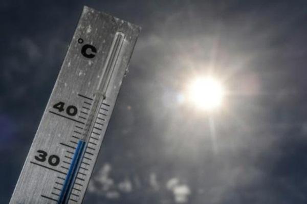 صورة التقطت بتاريخ 24 يونيو 2019 تظهر ميزان حرارة يسجل نحو 37 درجة مئوية قرب ليل الفرنسية