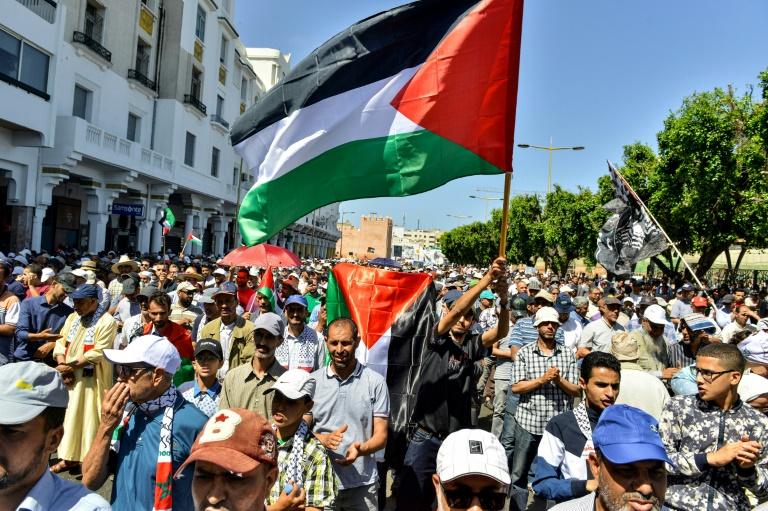 آلاف المتظاهرين في العاصمة المغربية الرباط في 23 يونيو 2019 تعبيرا عن رفضهم لمؤتمر البحرين الذي ستعرض فيه واشنطن الشق الاقتصادي من خطة سلام بين الفلسطينيين والاسرائيليين