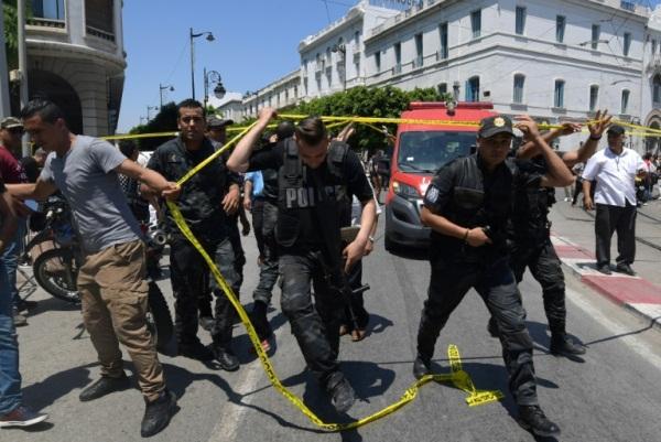 الشرطة التونسية في موقع الهجوم بشارع رئيسي بوسط العاصمة في 27 يونيو 2019