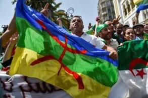 متظاهرون في الجزائر العاصمة رفعوا راية الامازيغ والعلم الوطني الجمعة في 21 حزيران/يونيو 2019