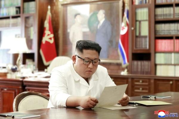صورة نشرتها وكالة الأنباء الكورية الشمالية الرسمية في 23 يونيو 2019 يظهر فيها الزعيم الكوري الشمالي كيم جونغ أون يقرأ رسالة الرئيس الأميركي دونالد ترمب