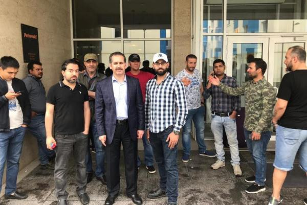 السفير الاردني في كازاخستان يتوسط عدد من العاملين المعتدى عليهم