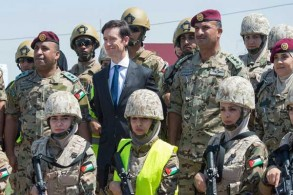 الوزير البريطاني مع ضباط أردنيين في مخيم الزعتري