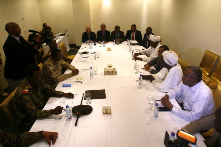 ممثلون عن الحركة الاحتجاجية والمجلس العسكري الحاكم يجتمعون خلال جلسة مفاوضات في الخرطوم في 3 يوليو 2019