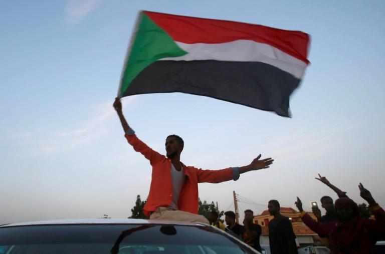 سودانيون بحتفلون في شوارع الخرطوم بعد إعلان المجلس العسكري وقادة الاحتجاجات التوصل إلى اتفاق في 5 تموز/يوليو 2019