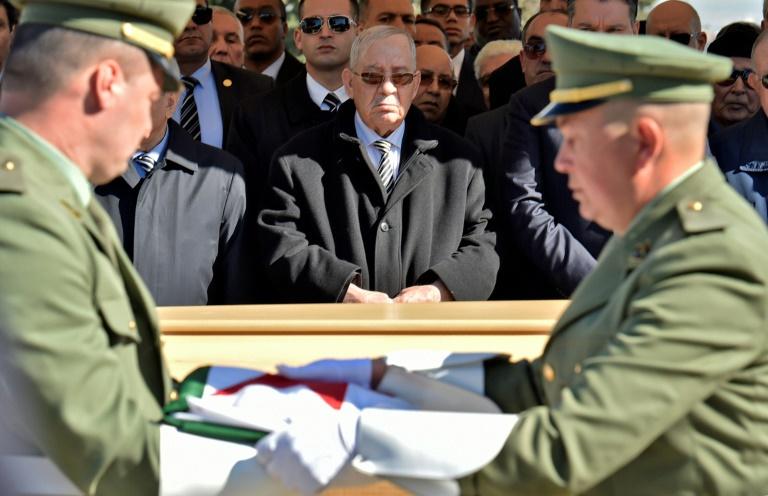 رئيس أركان الجيش الجزائري الفريق احمد قايد صالح (وسط) في 6 فبراير 2019 في العاصمة الجزائرية