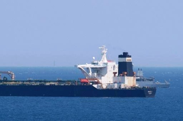 سفينة بريطانية تجري دورية قرب ناقلة النفط العملاقة
