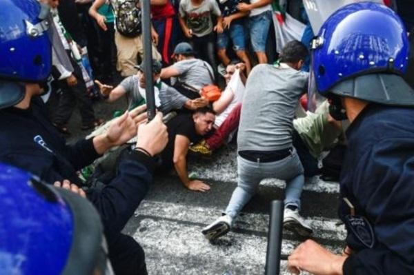 اشتباكات بين متظاهرين وقوات من الشرطة خلال تظاهرة في الجزائر العاصمة - 5 يوليو 2019