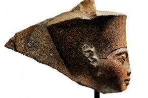 صورة لمنحوتة على شكل رأس الفرعون توت عنخ آمون نشرتها دار