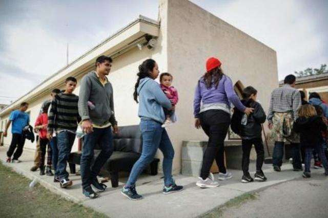 طالبو لجوء خلال وصولهم الى ملجأ بعد اطلاق دائرة الهجرة والجمارك الاميركية سراحهم في مايو الماضي