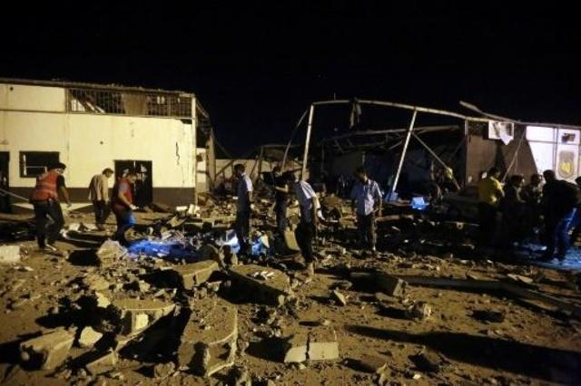 طواقم الإنقاذ في تاجوراء في ليبيا حيث قتل 40 مهاجراً بضربة جوية فجر 3 تموز/يوليو 2019