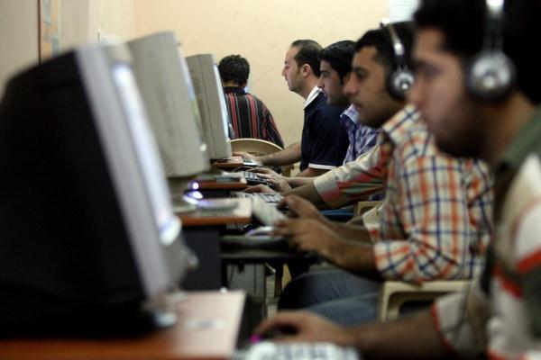 عراقيون في مقهى للانترنت في بغداد