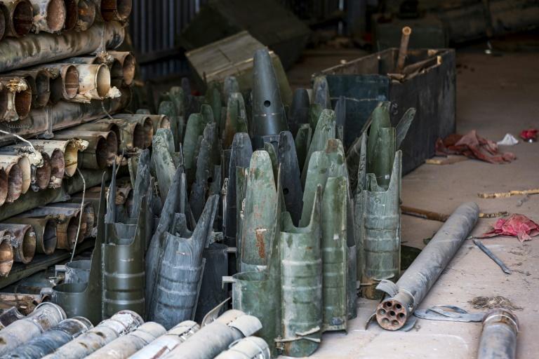 صورة ملتقطة في 28 يونيو 2019 وتظهر فيها بقايا صواريخ وأسلحة أخرى عثر عليها في معسكر استخدمته قوات موالية للمشير خليفة حفتر في الغريان على بعد 100 كلم جنوب غرب طرابلس