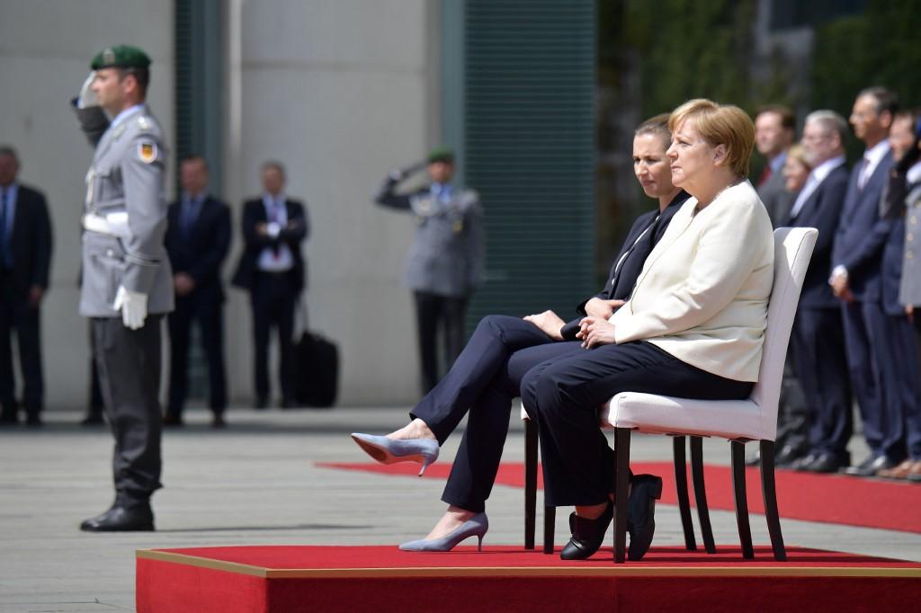 ميركل على كرسيّ رفقة رئيسة وزراء الدنمارك الجديدة ميتي فريديريكسن في باحة مقر المستشارية
