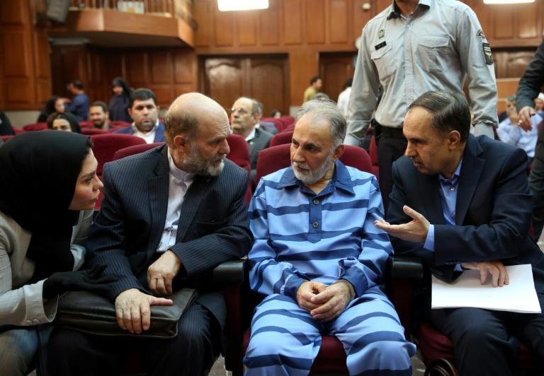رئيس بلدية طهران السابق محمد علي نجفي متوسطا محاميه في محكمة طهران الجنائية، السبت 13 تموز/يوليو 2019