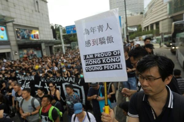 المحتجون في هونغ كونغ خلال سيرهم نحو محطة قطار في 7 يوليو 2019