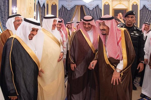 الملك سلمان خلال استقباله وزير الإعلام ورؤساء الهيئات الإعلامية