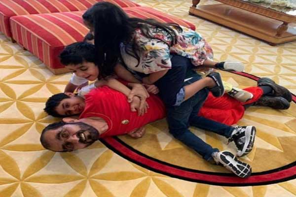 محمد بن راشد مع الأحفاد