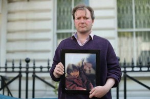 ريتشارد راتكليف يحمل صورة زوجته نازانين المسجونة في إيران وطفلته خلال اعتصام أمام السفارة الإيرانية في لندن بتاريخ 17 يونيو 2019
