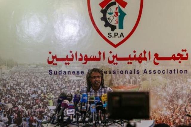 اسماعيل التاج المتحدث باسم تجمع المهنيين السودانيين يتحدث في مؤتمر صحافي في الخرطوم
